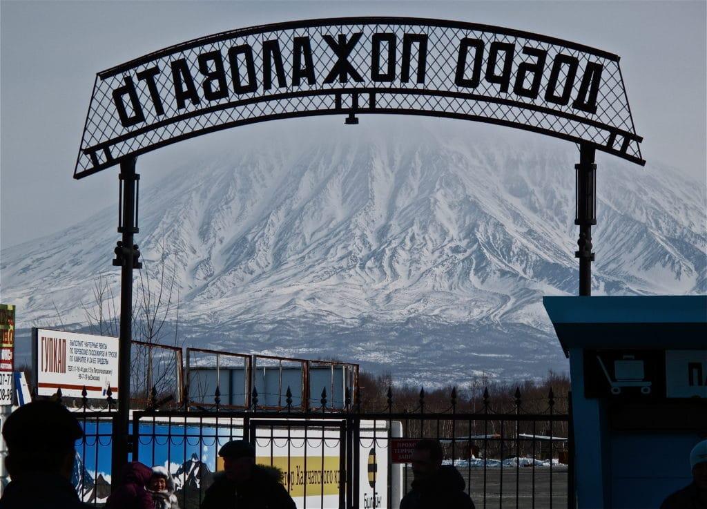 vue sur le volcan avachinsky depuis l'aéroport de Petropavlovsk