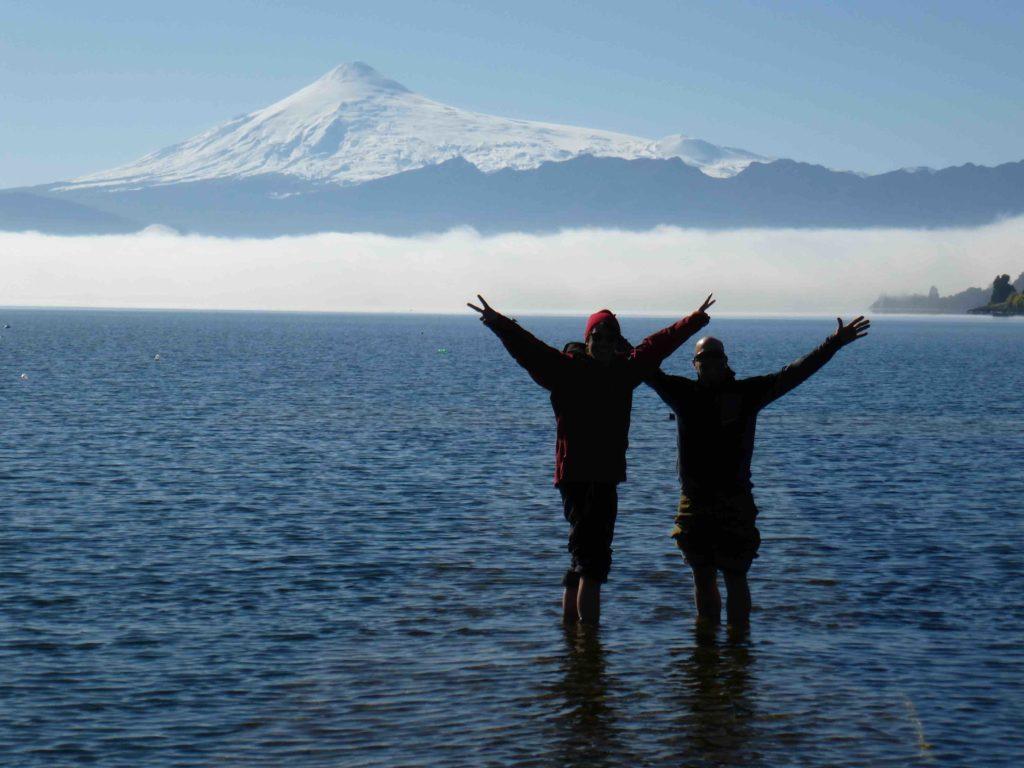 les pieds dans l'eau devant le Volcan Villarica
